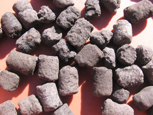 発酵油かすに泥炭を加え、成型した固形肥料