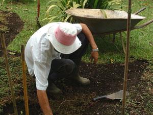 植え付ける前に、耕したり、肥料をまいたりして、土壌を整えておく